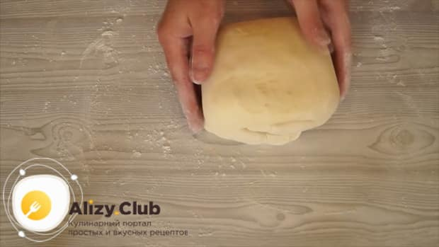 Для приготовления теста для шарлотки, раскатайте тесто несколько раз