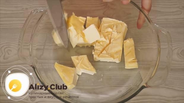 Для приготовления теста для шарлотки, измельчите масло