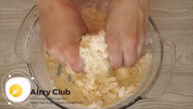 Для приготовления теста для шарлотки, смешайте масло с мукой