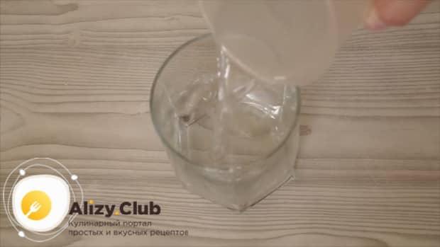 Для приготовления теста для шарлотки, налейте воду в стакан