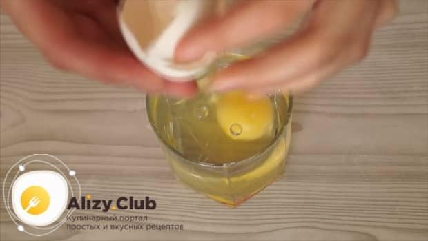Для приготовления теста для шарлотки, добавьте яйцо.