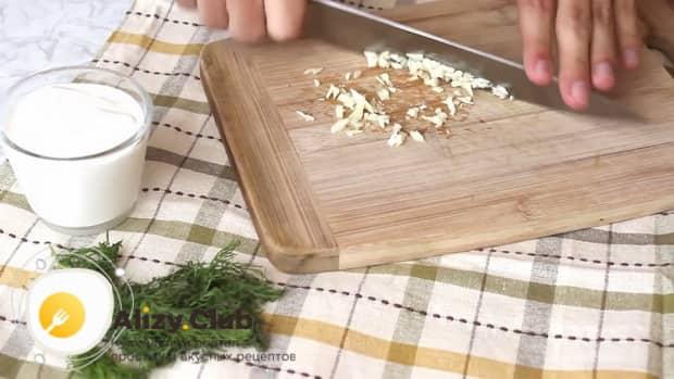 Для приготовления сметанно чесночного соуса по простому рецепту нарежьте чеснок