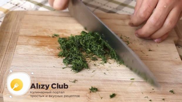Для приготовления сметанно чесночного соуса по простому рецепту нарежьте зелень