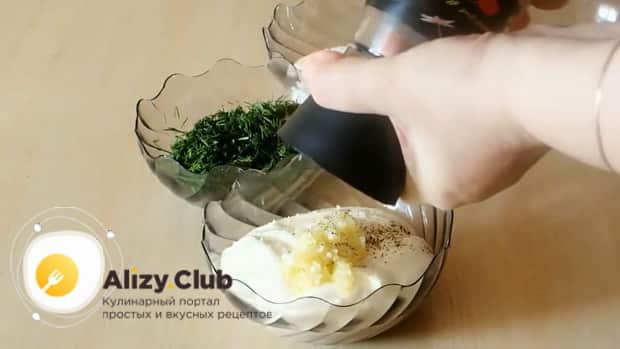 По рецепту. для приготовления сметанного соуса, смешайте ингредиенты.
