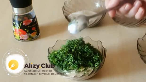 По рецепту. для приготовления сметанного соуса, режем зелень.
