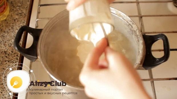 Для пригготовления супа из шампиньонов свежих с картофелем, добавьте сметану