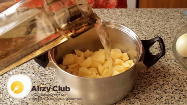 Для пригготовления супа из шампиньонов свежих с картофелем, подготовьте ингредиенты