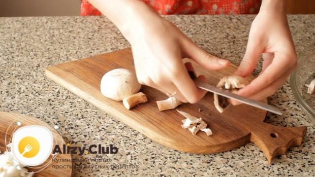 Для пригготовления супа из шампиньонов свежих с картофелем, очистите грибы