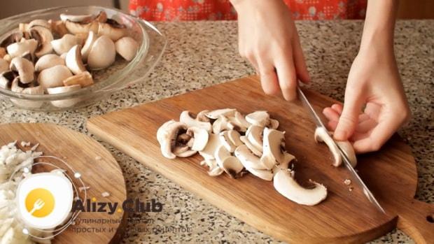 Для пригготовления супа из шампиньонов свежих с картофелем, нарежьте грибы