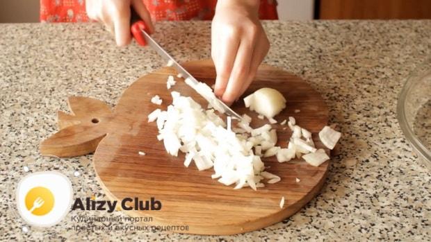 Для пригготовления супа из шампиньонов свежих с картофелем, нарежьте лук