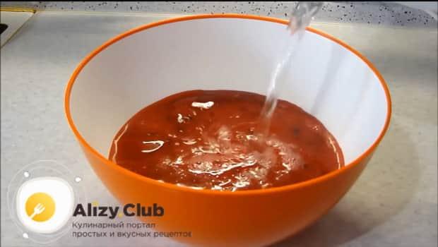 Для приготовления морса из свежей смородины добавьте воду