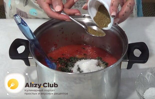 в томатную смесь добавляем все специи