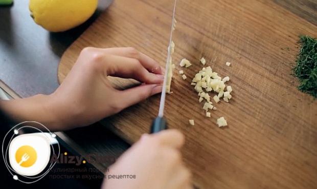По рецепту для приготовления спагетти с креветками в сливочном соусе, нарежьте чеснок
