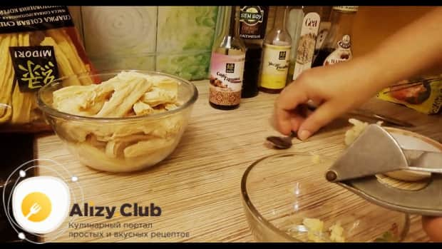 По рецепту для приготовления спаржи-по корейски, добавьте чеснок