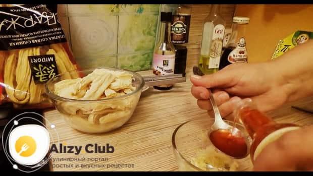 По рецепту для приготовления спаржи-по корейски, добавьте соевый соус