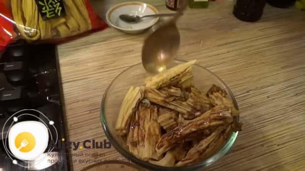 По рецепту для приготовления спаржи-по корейски, хорошо перемешайте ингредиенты