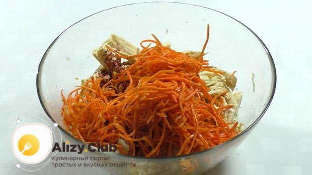 По рецепту, для приготовления спаржи с морковью по корейски, соедините ингредиенты