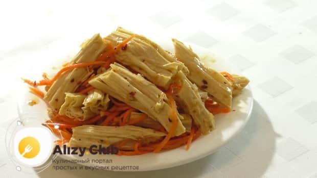 По рецепту, для приготовления спаржи с морковью по корейски, подготовьте необходимые ингредиенты.
