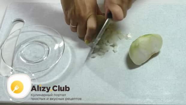 По рецепту, для приготовления спаржи с морковью по корейски, нарежьте лук