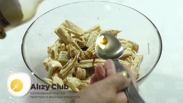 По рецепту, для приготовления спаржи с морковью по корейски, добавьте соевый соус