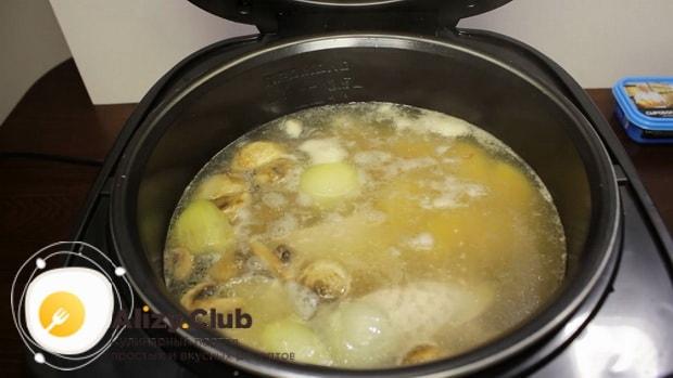 Для приготовления супа из шампиньонов свежих с картофелем добавьте воду
