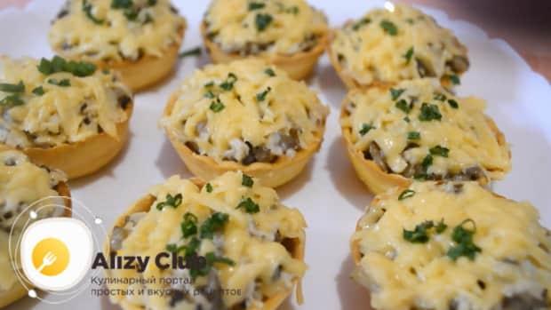 Для приготовления тарталеткок с грибами и сыром в духовке подготовьте все необходимые ингредиенты