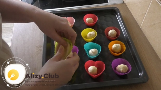 Для приготовления тарталеток с грибами выложите тесто в форму
