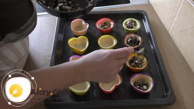 Для приготовления тарталеток с грибами добавьте начинку