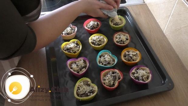 Для приготовления тарталеток с грибами натрите сыр