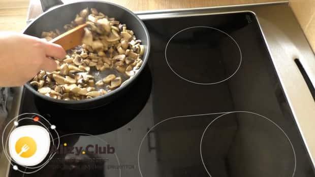 Для приготовления тарталеток с грибами обжарьте ингредиенты