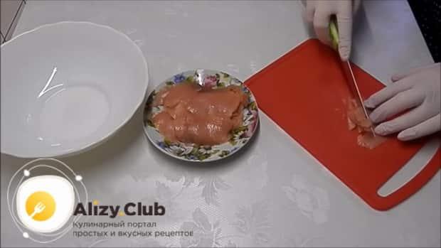 Для приготовления тарталеток с красной икрой по лучшему рецепту, нарежьте рыбу