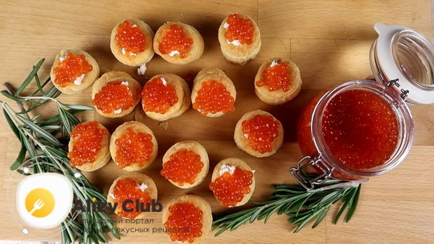 Тарталетки с красной икрой приготовленные по лучшему рецепту готовы.