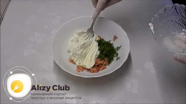 Для приготовления тарталеток с красной икрой по лучшему рецепту, смешайте ингредиенты для начинки