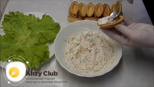 Для приготовления тарталеток с красной икрой по лучшему рецепту, наполните тарталетки