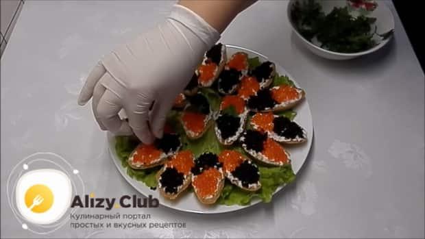 Для приготовления тарталеток с красной икрой по лучшему рецепту, украсьте зеленью