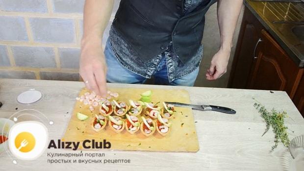 Для приготовления тарталеток с красной икрой по лучшему рецепту, нарежьте авокадо