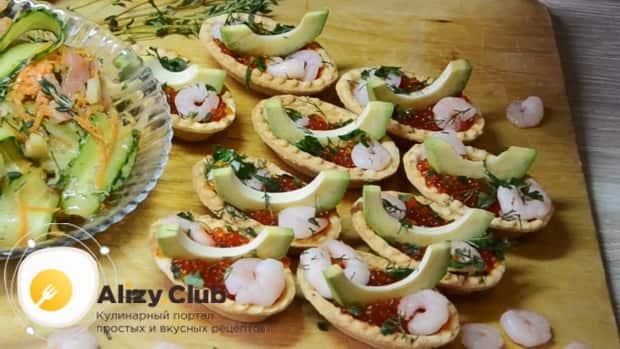 Для приготовления тарталеток с красной икрой по лучшему рецепту, подготовьте и нарежьте ингредиенты