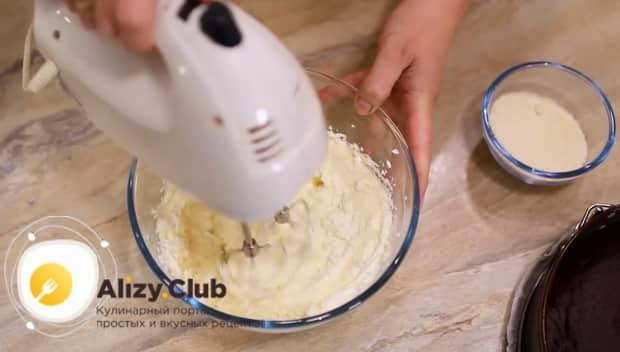 Для приготовления торта брауни взбейте ингредиенты