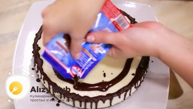 Для приготовления торта брауни украсьте верхний слой.