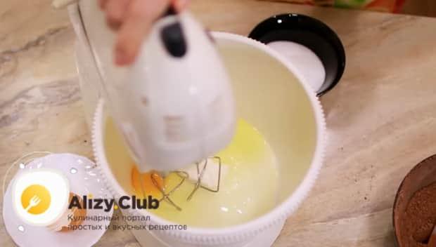 Для приготовления торта брауни смешайте яйца с сахаром.