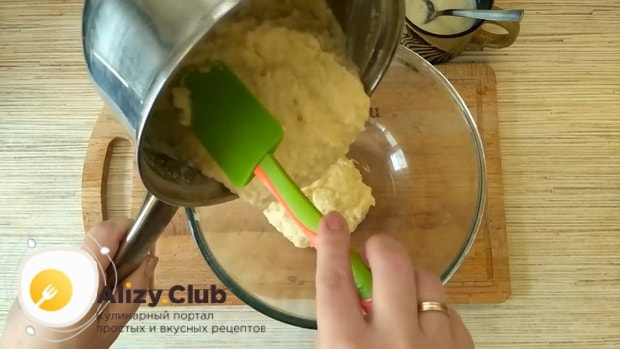 Для приготовления торт баунти без выпечки остудите крем