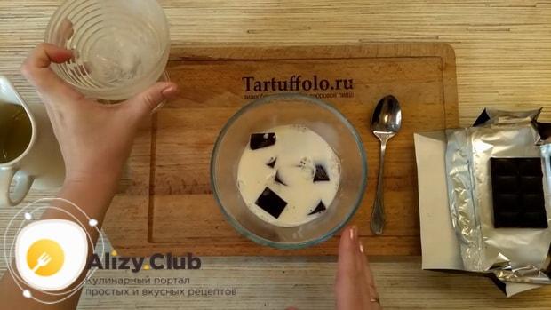 Для приготовления торт баунти без выпечки растопите шоколад