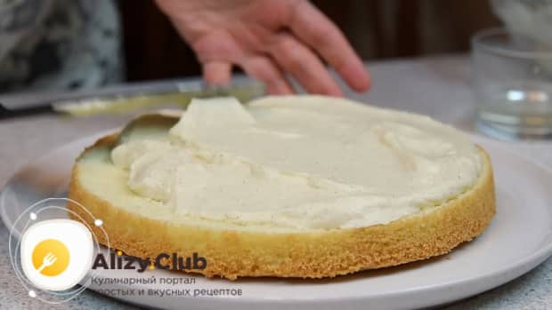 Для приготовления торта чародейка по рецепту в домашних условиях, смажьте корж кремом