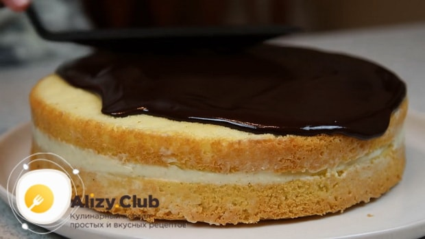 Для приготовления торта чародейка по рецепту в домашних условиях, смажьте коржи глазурью