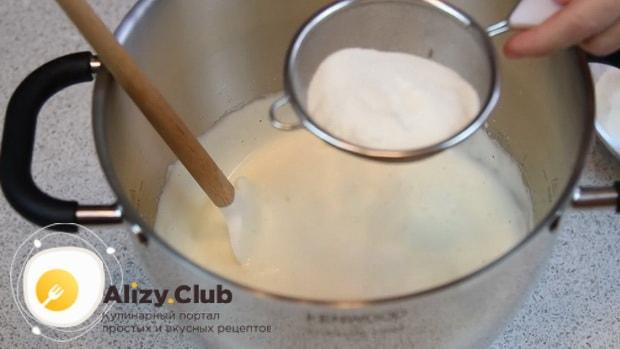 Для приготовления торта чародейка по рецепту в домашних условиях, просейте муку