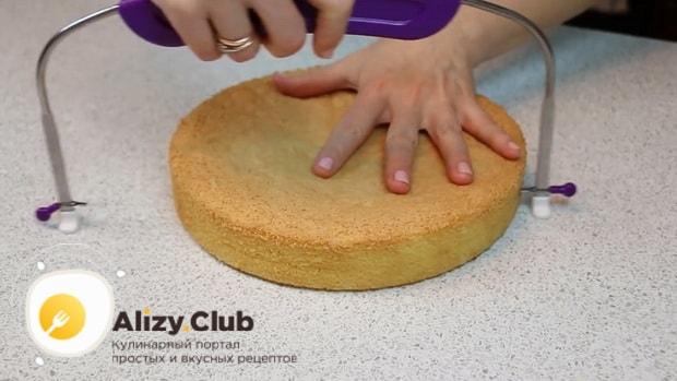 Для приготовления торта чародейка по рецепту в домашних условиях, разрежьте коржи