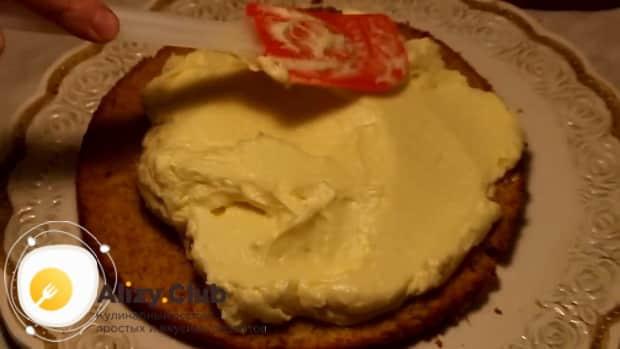Для приготовления торта чародейка, смажьте крем ом коржи