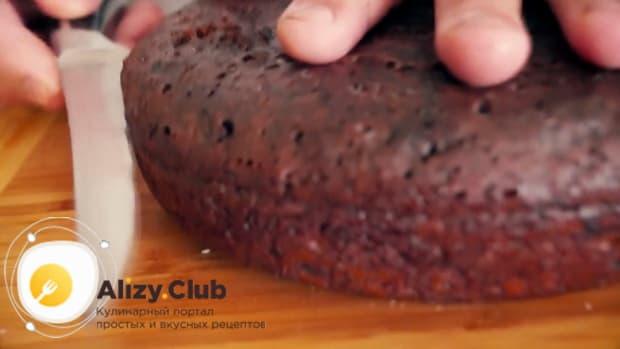 Для приготовления торта черный принц, разрежьте коржи