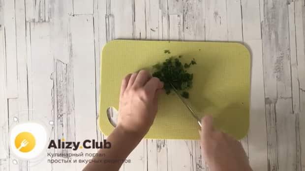 По рецепту для приготовления тушенной капусты с курицей и картошкой, нарежьте зелень.