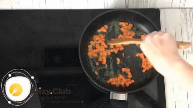 По рецепту для приготовления тушенной капусты с курицей и картошкой, нарежьте морковь.